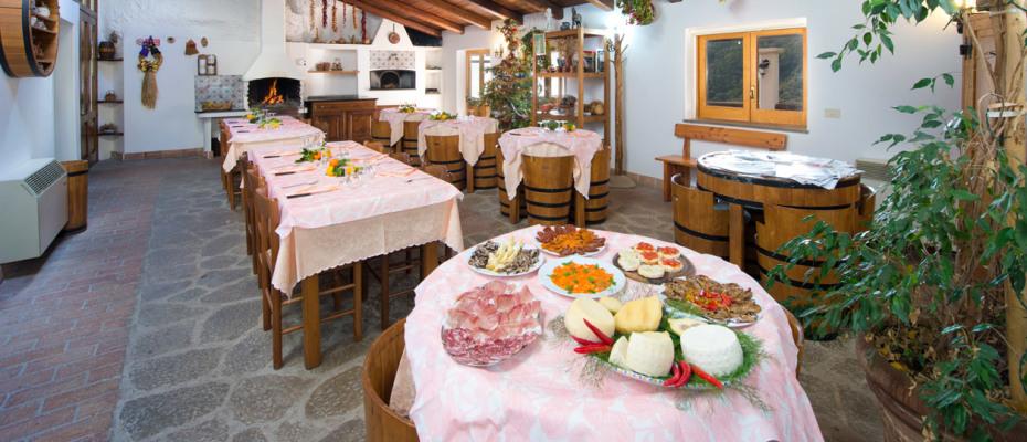 sala-ristorante-agriturismo-serafina
